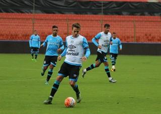 Bressan e Rafael Thyere treinam com o Grêmio no Estádio Casa Blanca, em Quito (Foto: Eduardo Moura / GloboEsporte.com)