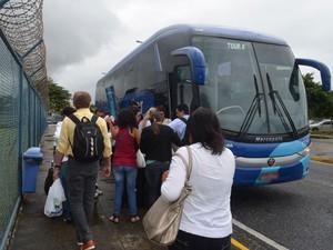 Alguns passageiros foram de ônibus até Recife, onde pegariam outro voo com destino a Salvador  (Foto: Jorge Machado/G1)