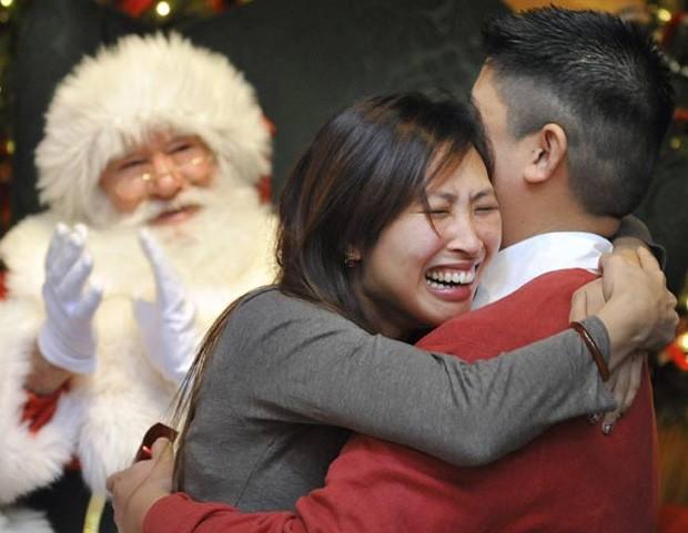 Jenny Hoang abraço o noivo após aceitar o pedido de casamento (Foto: Mindy Schauer/Orange County Register/AP)