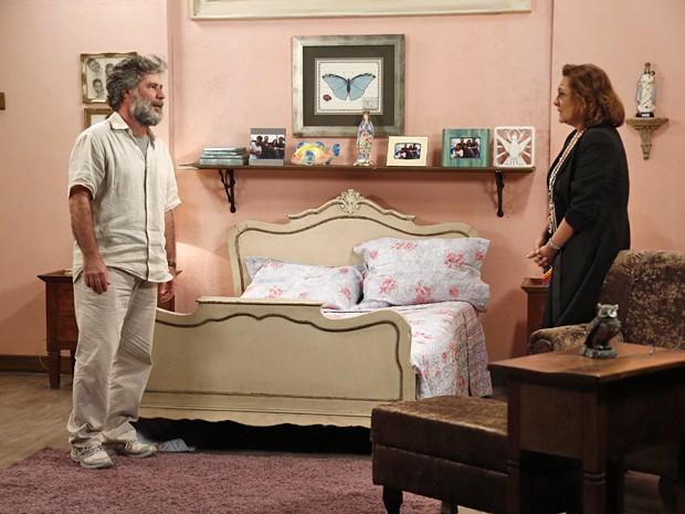 Manuel fica pasmo com as explicações da vida dupla da esposa (Foto: Raphael Dias / Gshow)