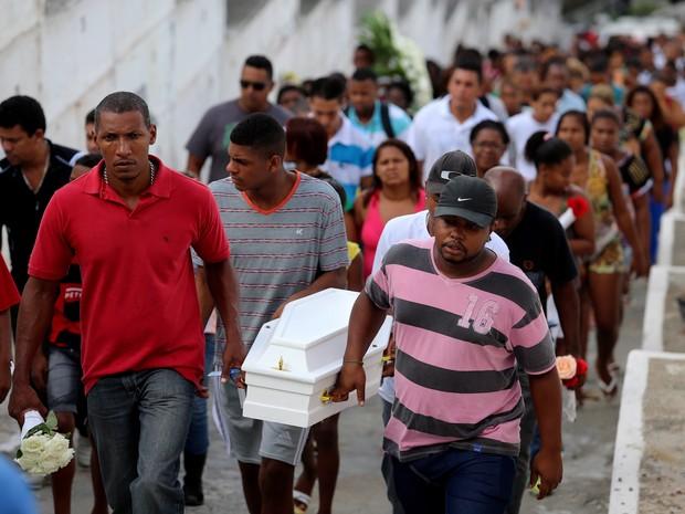 Enterro de Paulo Henrique Cesário, de 7 meses, assassinado no morro do São Carlos (Foto: Rafael Moraes/Agência O Globo)