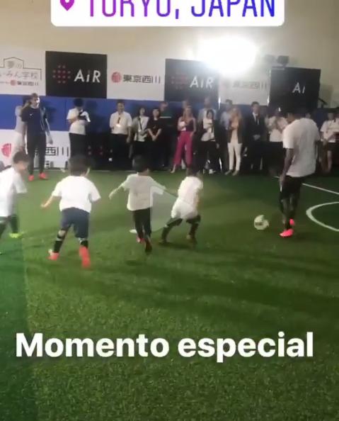 BLOG: Sem folga nas férias, Neymar joga futebol com crianças em evento no Japão