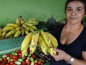 Com a agricultura abalada pela seca, os preços dos produtos subiram até 75% na venda de dona Maria Valdete. O cacho de banana passou de R$ 1,50 para 2,50. (Foto: Luna Markman/G1)