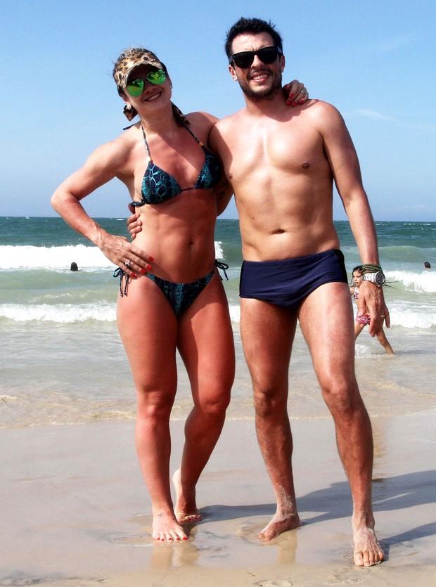 Mirella Santos e Ceará em praia em Florianópolis, Santa Catarina (Foto: Grosby Group/ Agência)