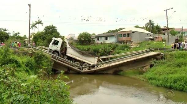 Caminhão carregado com pedras passava pela ponte quando ela quebrou (Foto: Reprodução/RBS TV)