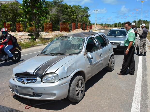 Carro capotou depois que perdeu o controle da direção (Foto: Walter Paparazzo/G1)