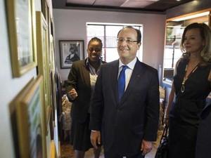 Presidente francês François Hollande e sua companheira Valerie Trierweiler visitam a casa de Nelson Mandela que foi transformado em museu na África do Sul (Foto: Fred Dufour/ Reuters)
