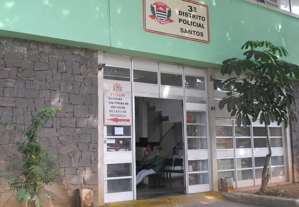 Ocorrência seria apresentada no 3º DP de Santos, que estava fechado (Foto: Jéssica Bitencourt/G1)