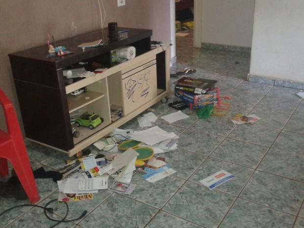 Criminosos levaram celulares e computadores (Foto: Aurora Fernandes/TV Anhanguera)