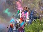 Daniela Mercury espalha cores do arco-íris em desfile no carnaval da BA
