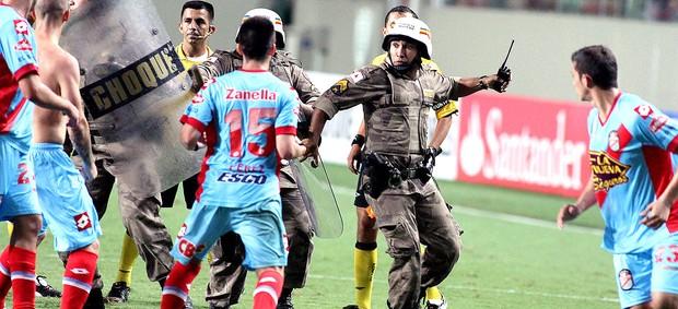 confusão jogo Atlético-MG Arsenal Sarandi policia (Foto: EFE)