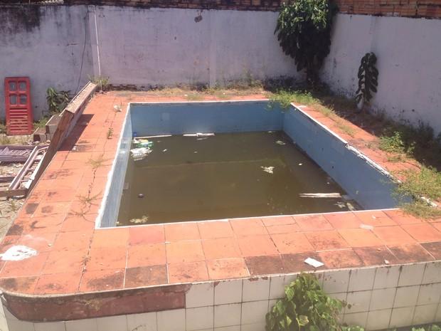 Moradores contam que piscina está abandonada há oito meses  (Foto: John Pacheco/G1)