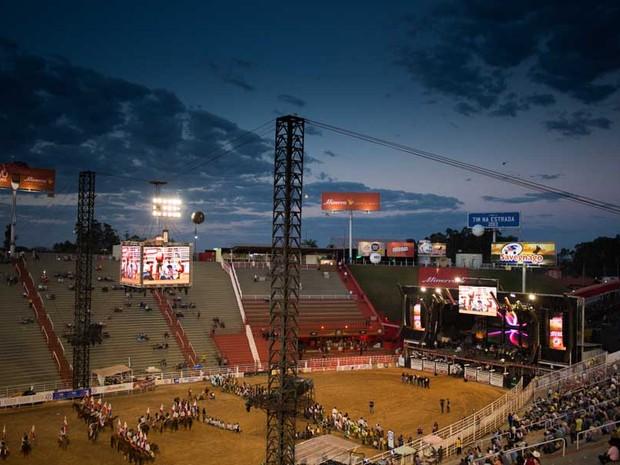 Sábado (24) - Competidores participam da abertura da penúltima noite de provas na arena do Parque do Peão em Barretos, SP (Foto: Érico Andrade/G1)