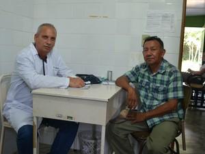 Trabalho do médico Ricardo Viota tem a aprovação do líder indígena Simeão Mecias (Foto: Valéria Oliveira/ G1)