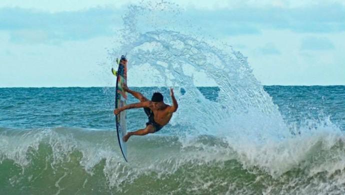 Deyvson Santos surfe (Foto: Alexandre Ramos)