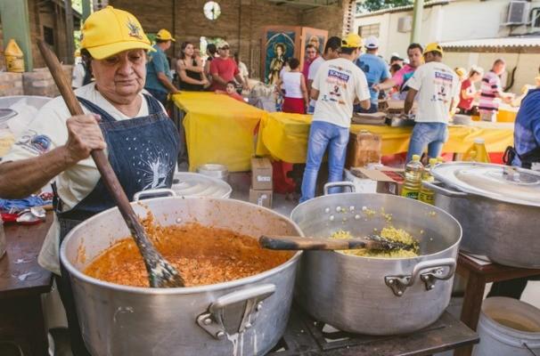 Voluntários preparam receita de sucesso da Festa do Milho (Foto: Reprodução/TV TEM)