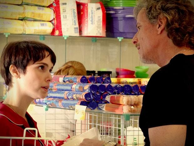 Nina não entende o que Max quer dizer e desconversa (Foto: Avenida Brasil/TV Globo)