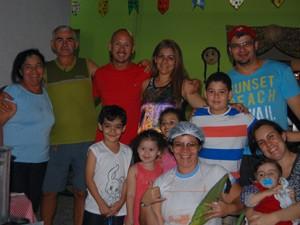 Mesmo com os atrativos da festa, família preferiu ficar em casa e aquecer os lações de sangue em volta da fogueira (Foto: Jocélio de Oliveira/G1)