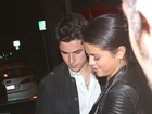 Com look transparente, Selena Gomez é fotografada em um encontro