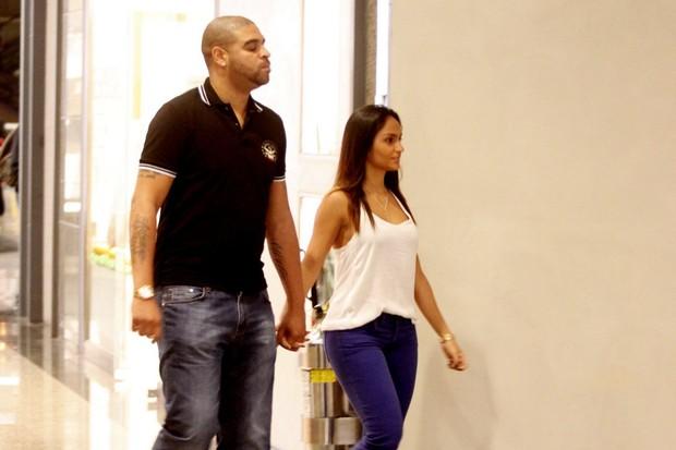 Adriano com a namorada em shopping do Rio (Foto: Marcos Ferreira / Foto Rio News)