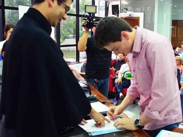 Ianh Coutinho, agora com 18 anos, assinou o termo de posse nesta quarta-feira  (Foto: Divulgação/ TRE Roraima)