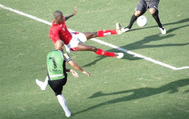Fábio Júnior finaliza com perigo contra o Boa Esporte (Foto: Rodrigo Fuscaldi / Globoesporte.com)