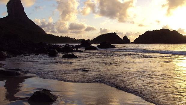 Esgoto vaza e fecha praia em Fernando de Noronha