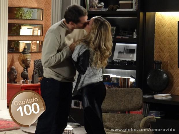 Amarilys convence Eron a levá-la aos eventos oficiais (Foto: Amor à Vida/ TV Globo)
