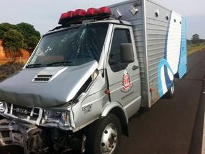 Motorista teve ferimentos leves; nenhum dos 24 detentes se machucou (Foto: Katiuscia Reis/TV Fronteira)