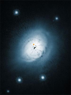 Imagem do telescópio Hubble mostra a nuvem de poeira ao redor da estrela HD100546. O ponto laranja é o recém-descoberto 'protoplaneta' (Foto: Divulgação/Ardila/ESO/Nasa/ESA)