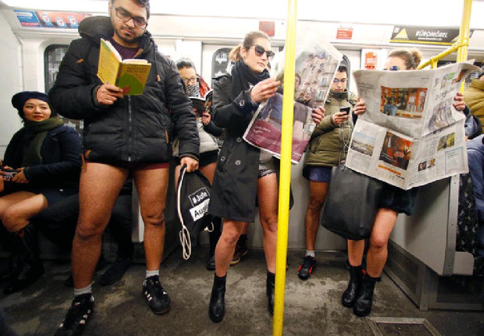 Passageiros andam sem calças no metrô em flash mob (Foto: David W Cerny/Reuters)