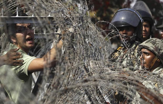Manifestantes protestam em frente ao prédio da Suprema Corte Constitucional do Egito nesta quinta-feira (14) (Foto: AFP)