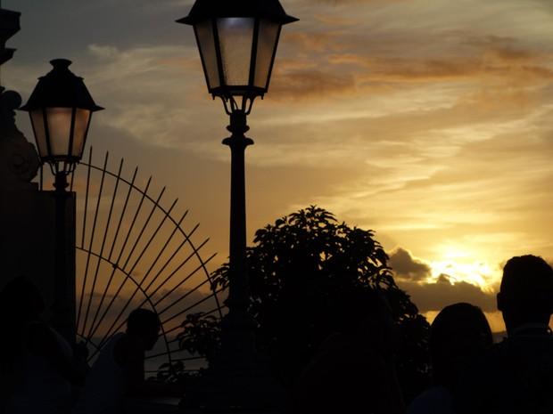 Casal aprecia a vista da Praça Municipal (Foto: Egi Santana/G1)