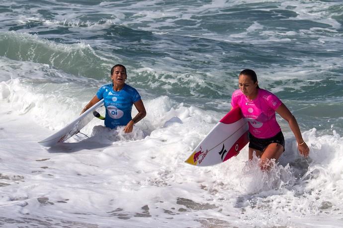 Silvana Lima e Carissa Moore após bateria do round 2 (Foto: Rafael Moura)