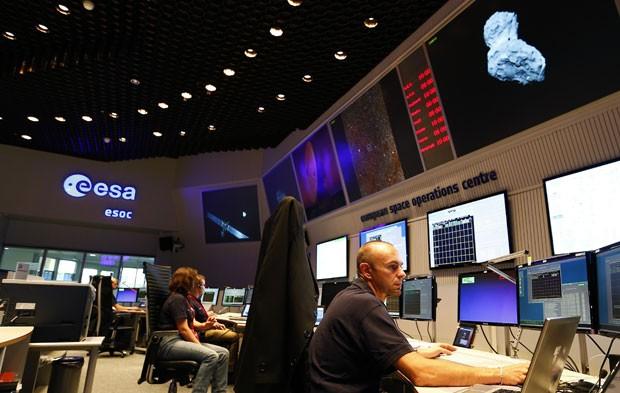 Cientistas acompanham a chegada da sonda Rosetta ao centro do cometa 67P/Churyumov-Gerasimenko nesta quarta-feira (6) na Agência Espacial Europeia (ESA) (Foto: Kai Pfaffenbach/Reuters)