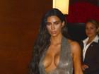 Kim Kardashian usa look ousado e de gosto duvidoso para ir a show