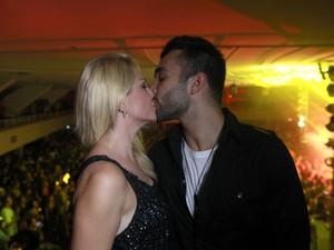 Antônia Fontenelle e Jonathan Costa beijam em baile funk no Rio (Foto: Isac Luz/EGO)