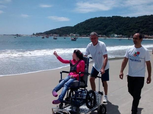 Cadeirantes entraram no mar no lançamento do projeto na Praia da Enseada (Foto: Prefeitura de São Francisco do Sul/ Divulgação)