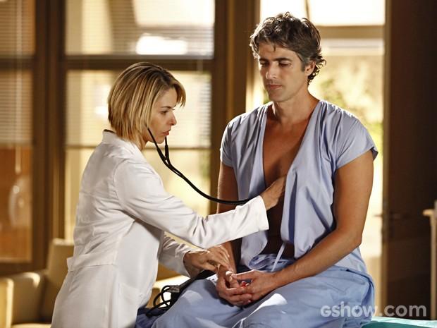 Silvia examina Cadu em consulta médica (Foto: Inácio Moraes/ TV Globo)