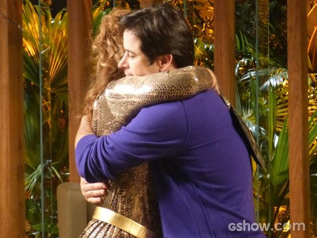 Gláucia chega na casa de Jonas e dá um abraço falso no filho (Foto: Geração Brasil/TV Globo)
