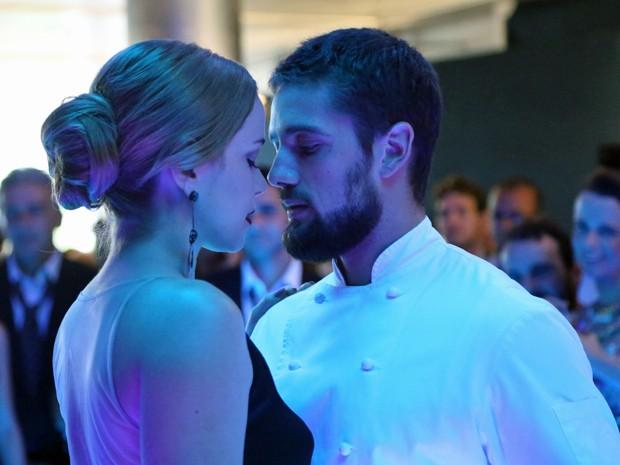 Cris e Vicente dançam juntos em formatura (Foto: Carol Caminha/ Gshow)
