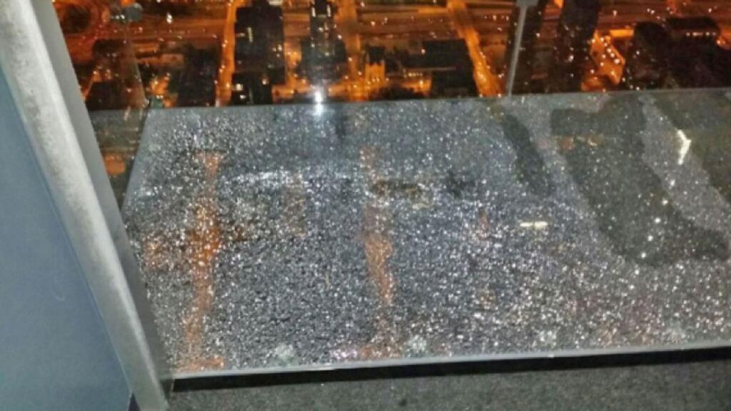 O vidro rachado (Foto: reprodução - twitter)