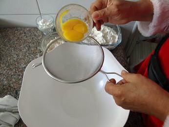Passar na peneira os ovos. (Foto: Katherine Coutinho/G1)