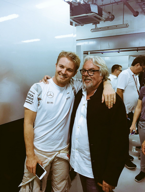 Keke Rosberg comemora o título da F1 2016 do filho Nico, em Abu Dhabi