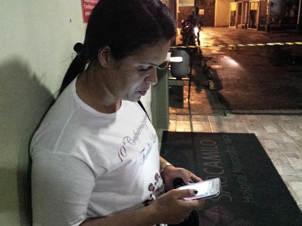 Cleonice Maria Lucas aguarda contato com o ex-marido, que trabalhava no momento do rompimento da barragem em Mariana (Foto: Humberto Trajano/G1)