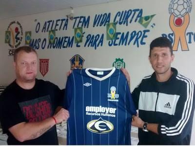 Reginaldo Vital, técnico do PSTC, e Calmon, auxiliar: dupla revelada pelo clube conquista o acesso (Foto: Divulgação/PSTC)