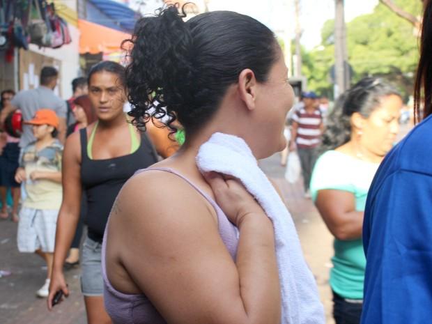 Do sorvete à toalha úmida, tudo vale para aliviar calor de 40° em Campo Grande (Foto: Gabriela Pavão/ G1 MS)