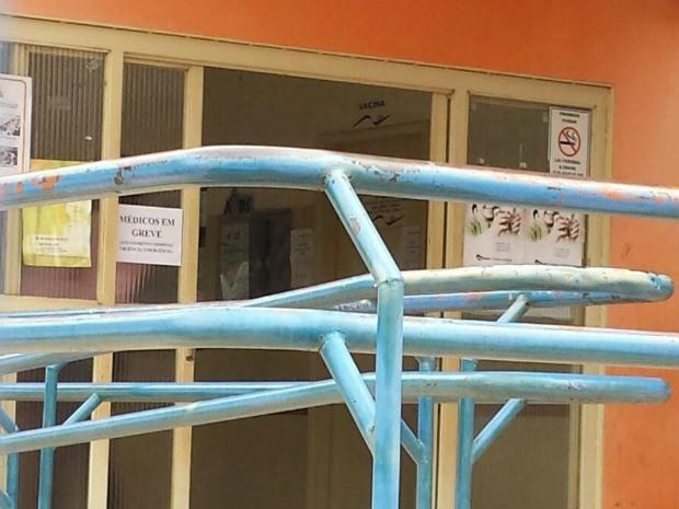 Aviso de greve dos médicos no Centro Regional de Saúde do Tiradentes em Campo Grande (Foto: Alexandre Cabral/TV Morena)