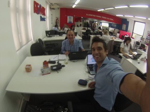 Pablo Esposito no escritório da imobiliária que trabalha (Foto: Facebook/Reprodução)