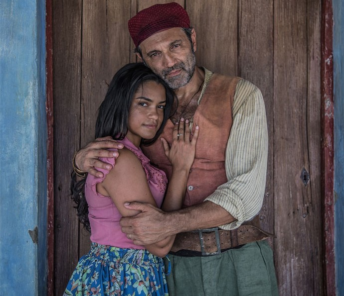 Luzia fica nervosa com a possibilidade de Santo, seu marido, reencontrar Tereza, o grande amor do fazendeiro (Foto: Caiuá Franco/ Globo)